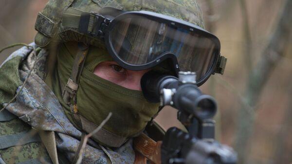 Военнослужащий разведывательных подразделений во время тактико-специальных учений, архивное фото - Sputnik Тоҷикистон