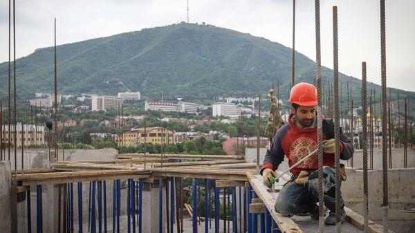 Рабочий во время строительства многоквартирного жилого дома  - Sputnik Таджикистан