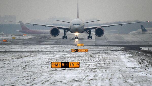 Самолет на взлетной полосе Международного аэропорта Шереметьево, архивное фото - Sputnik Таджикистан