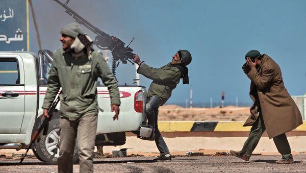Боец оппозиции стреляет из пулемета в истребитель в городе Рас-Лануф - Sputnik Таджикистан