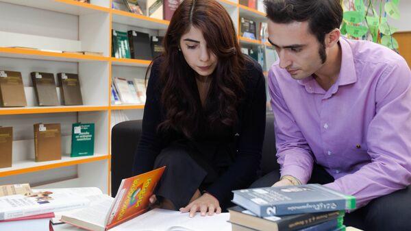 Студенты МГППУ за учебой в библиотеке - Sputnik Таджикистан