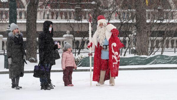 Прохожие разговаривают с Дедом Морозом в Александровском саду в Москве - Sputnik Таджикистан