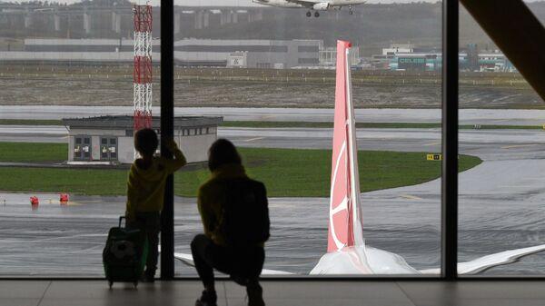 Пассажиры в Международном аэропорту Стамбула - Sputnik Таджикистан