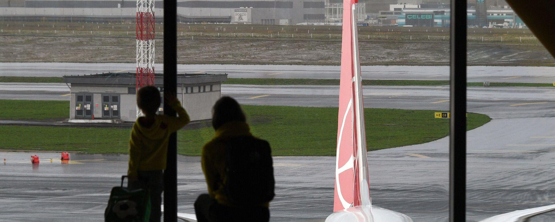 Пассажиры в Международном аэропорту Стамбула - Sputnik Таджикистан, 1920, 26.12.2020