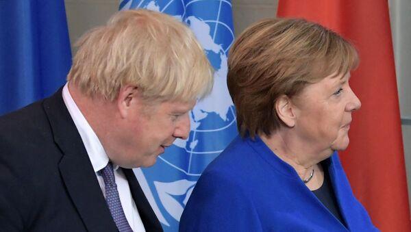 Премьер-министр Великобритании Борис Джонсон и федеральный канцлер ФРГ Ангела Меркель - Sputnik Таджикистан
