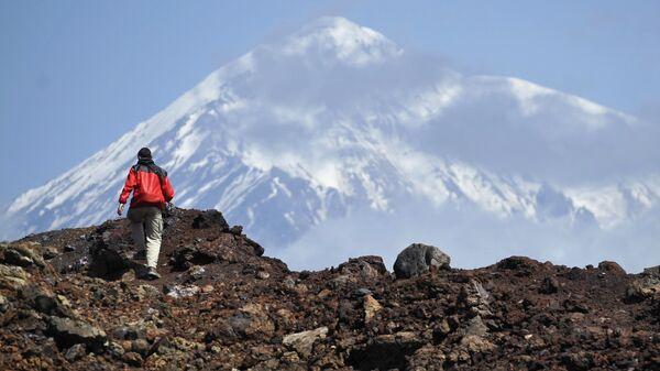 Турист во время подъема на второй конус Большого трещинного Толбачинского извержения (БТТИ) в Камчатском крае - Sputnik Таджикистан