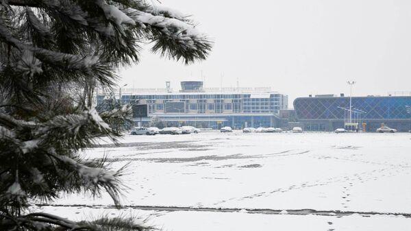 Заснеженный аэропорт в Душанбе - Sputnik Таджикистан