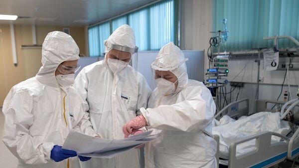 Медицинские работники в отделении реанимации и интенсивной терапии в госпитале для больных COVID-19 - Sputnik Тоҷикистон