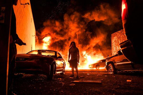 Горящие автомобили на фоне беспорядков, произошедших после смерти Джорджа Флойда от рук полицейских в Миннеаполисе, США  - Sputnik Таджикистан