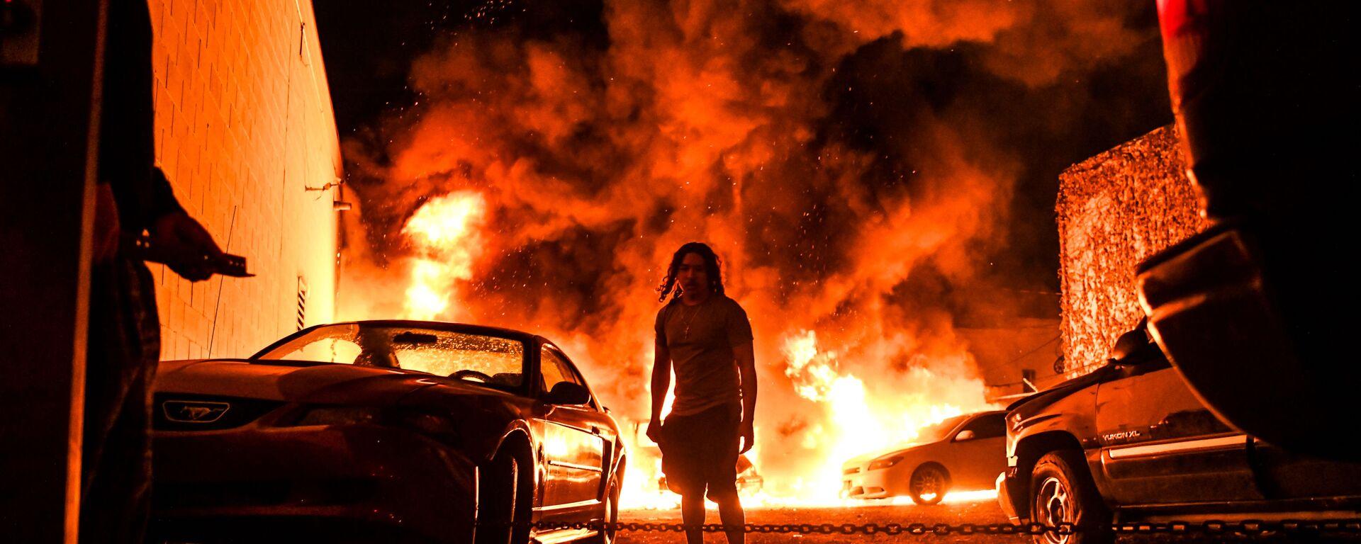 Горящие автомобили на фоне беспорядков, произошедших после смерти Джорджа Флойда от рук полицейских в Миннеаполисе, США  - Sputnik Таджикистан, 1920, 21.01.2021