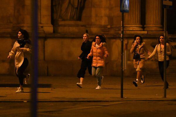 Девушки убегают с места расстрела террористом людей в Вене, 2 ноября 2020 года - Sputnik Таджикистан