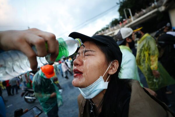 Участница антиправительственного митинга возле парламента в Бангкоке, Таиланд - Sputnik Таджикистан