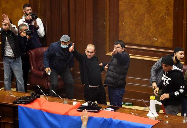 Участники акции протеста в одном из залов в здании захваченного парламента Армении в Ереване, 10 ноября 2020 года - Sputnik Таджикистан