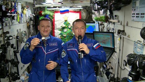 Космонавты Роскосмоса поздравили жителей Земли с Новым годом - Sputnik Таджикистан