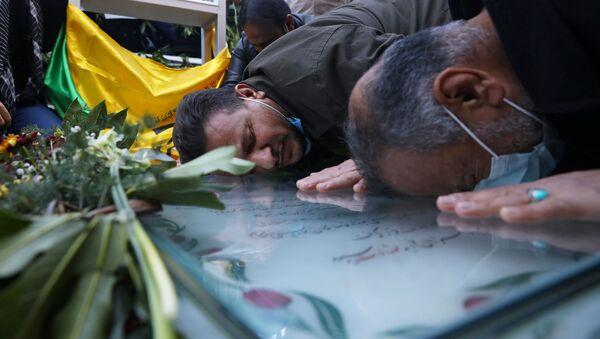 Люди на могиле иранского командира Касема Сулеймани в Кермане, Иран  - Sputnik Тоҷикистон