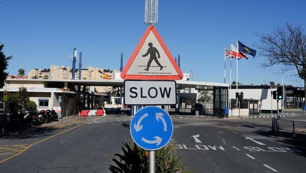 Знак на границе между Гибралтаром и Испанией после Brexit - Sputnik Таджикистан