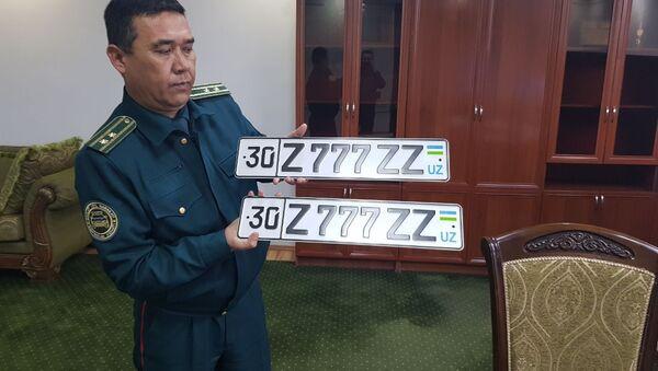 Представитель ГИБДД Узбекистана с самым дорогим номером авто - Sputnik Таджикистан