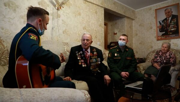 Военные в Новосибирске поздравили с Новым годом ветерана Великой Отечественной войны - Sputnik Тоҷикистон