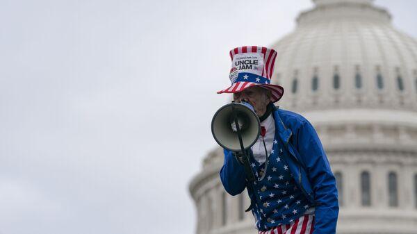 Сторонник Дональда Трампа в образе Дядюшки Сэма на фоне Капитолия - Sputnik Таджикистан