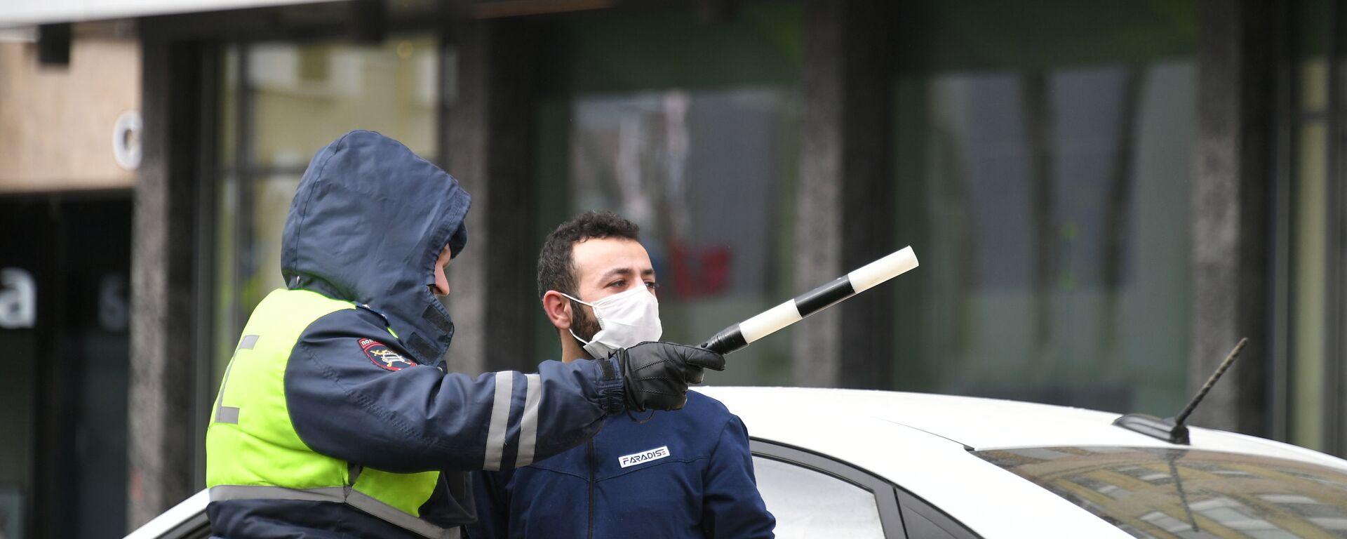 Сотрудник дорожно-патрульной службы разговаривает с таксистом на одной из улиц Москвы. - Sputnik Таджикистан, 1920, 09.01.2021
