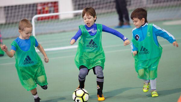 Дети во время игры в футбол - Sputnik Таджикистан