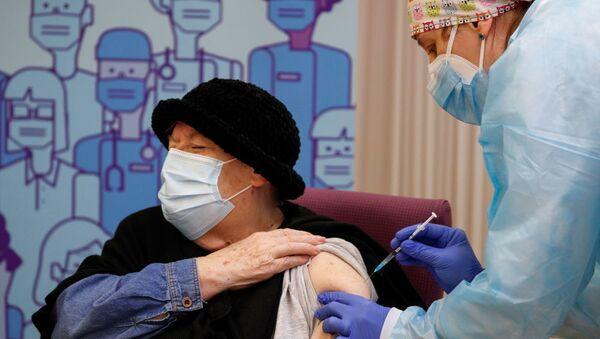 Зани 79-солаи испанӣ, ки дар хонаи пиронсолон зиндагӣ мекунад, ваксинаи Pfizer / BioNTech мегирад. - Sputnik Таджикистан