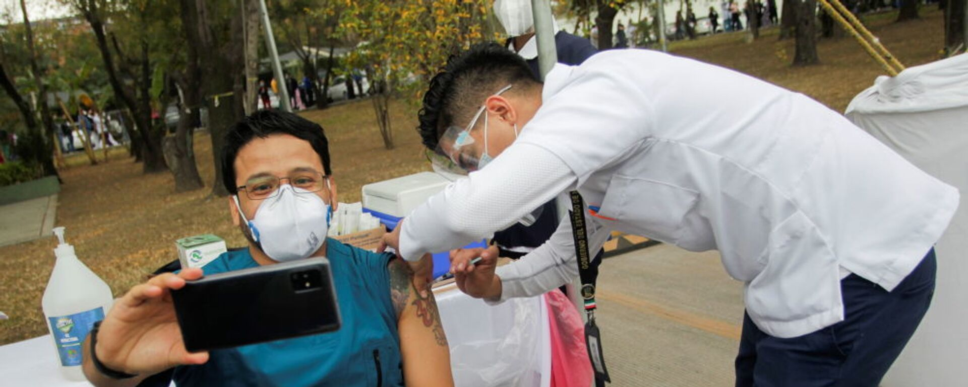 Фельдшер делает селфи во время вакцинации от COVID-19 в военном госпитале в Сан-Николас-де-лос-Гарса, Мексика - Sputnik Таджикистан, 1920, 27.05.2021