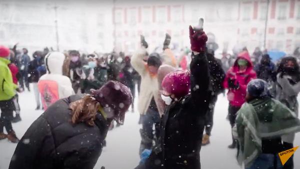 Испанцы радуются снегу, многие видят его впервые в жизни - Sputnik Таджикистан