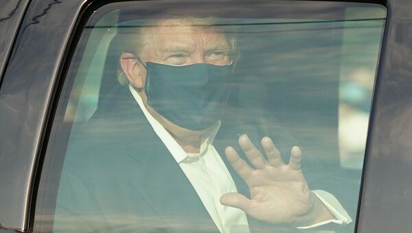 Автомобиль с президентом США Дональдом Трампом проезжает мимо его сторонников в штате Мэриленд - Sputnik Тоҷикистон