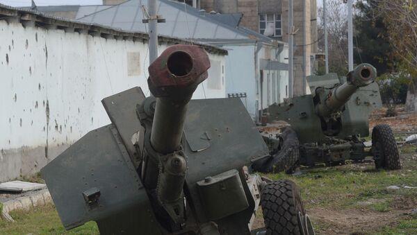 Разбитые армянские гаубицы у дороги в Физули - Sputnik Таджикистан