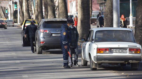 Сотрудники милиции общаются с водителем в Душанбе - Sputnik Тоҷикистон
