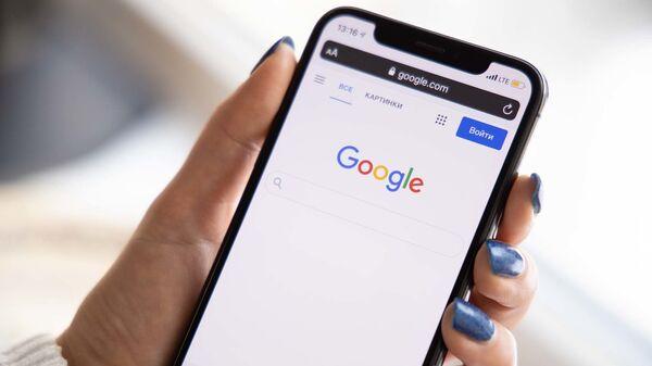 Поисковая система Google на экране сотового телефона - Sputnik Таджикистан