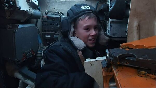 Танкисты Балтийского флота исполнили желание 12-летнего мальчика - Sputnik Тоҷикистон