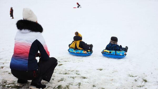 Дети катаются на снежной горке - Sputnik Тоҷикистон