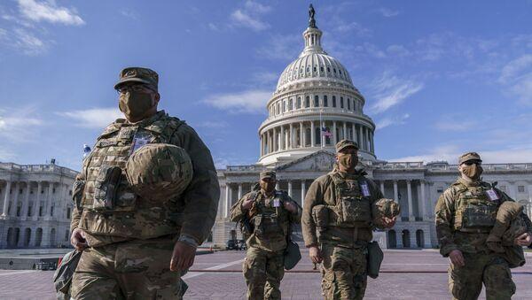 Национальная гвардия США на фоне Капитолия - Sputnik Тоҷикистон