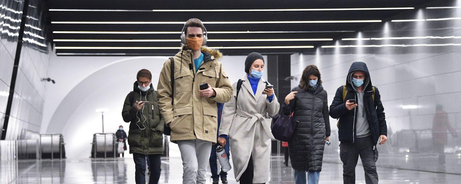 Люди идут по новому подземному пешеходному переходу в Москве. - Sputnik Тоҷикистон, 1920, 18.04.2021