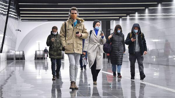 Люди идут по новому подземному пешеходному переходу в Москве. - Sputnik Тоҷикистон
