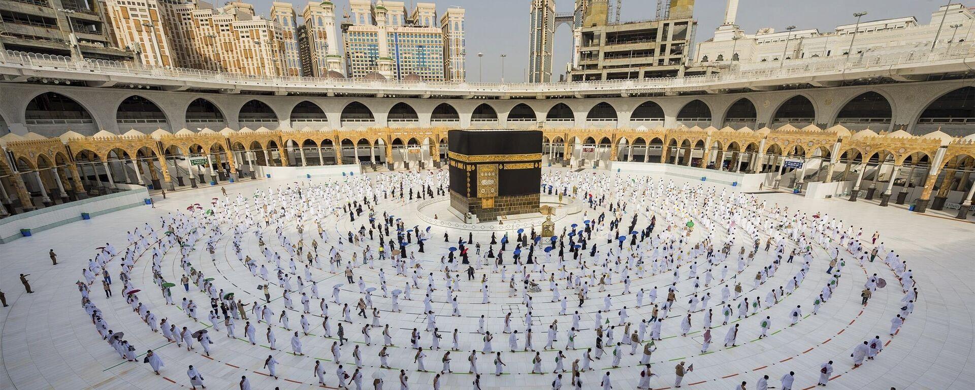 Паломники гуляют вокруг Каббы в Большой мечети в городе Мекка - Sputnik Тоҷикистон, 1920, 06.04.2021