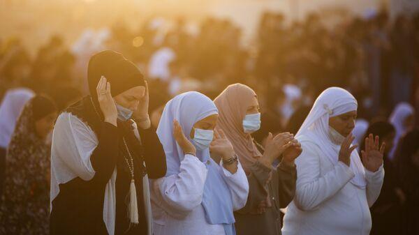 Мусульманские верующие в масках совершают молитву Курбан-байрам - Sputnik Таджикистан