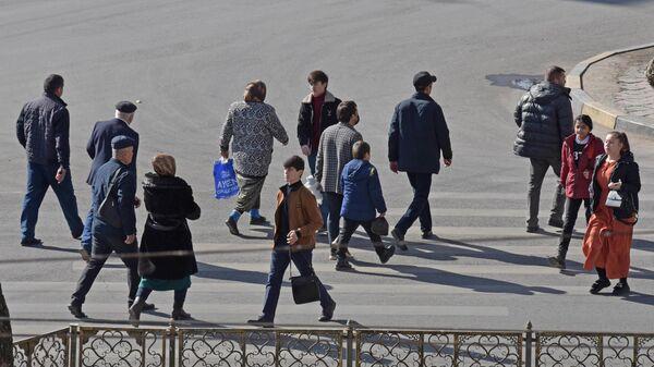 Пешеходы на пешеходном переходе в Душанбе - Sputnik Тоҷикистон