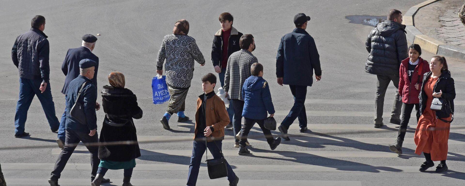 Пешеходы на пешеходном переходе в Душанбе - Sputnik Таджикистан, 1920, 01.02.2021
