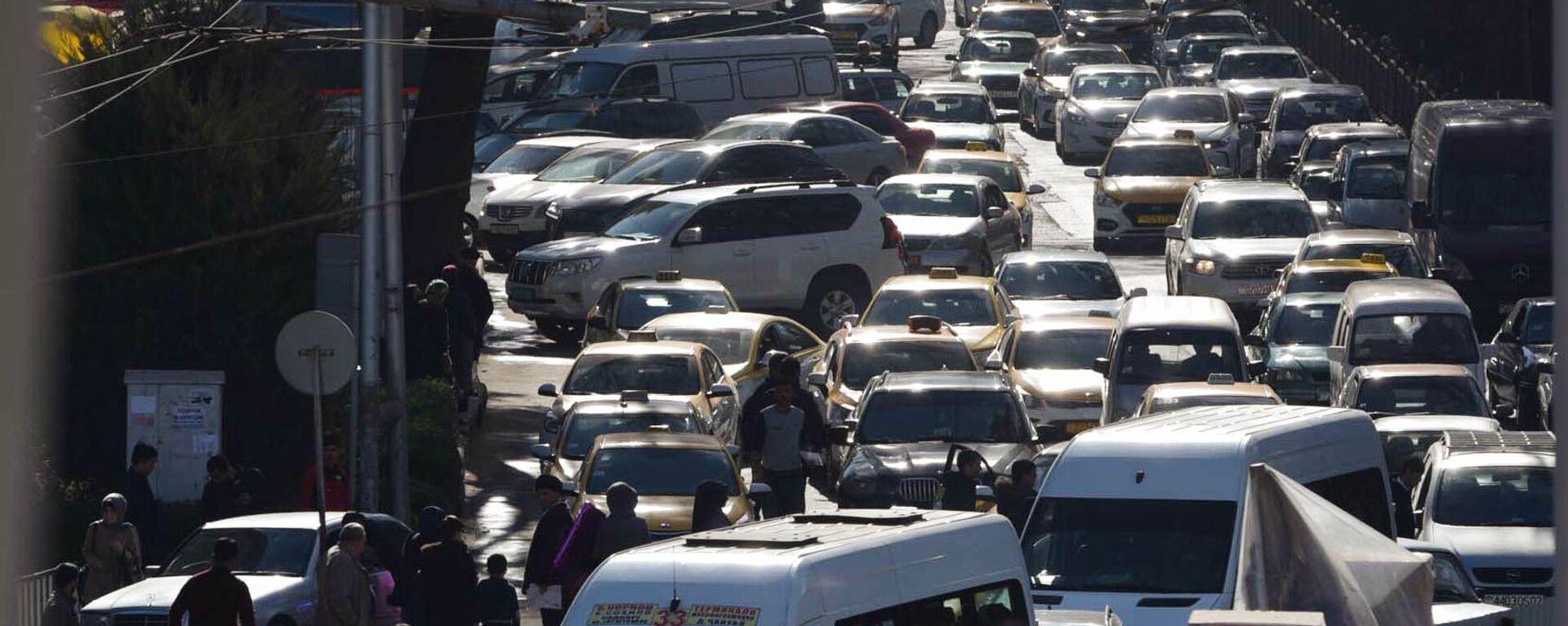 Автомобильная пробка на дороге в Душанбе - Sputnik Таджикистан, 1920, 08.02.2021