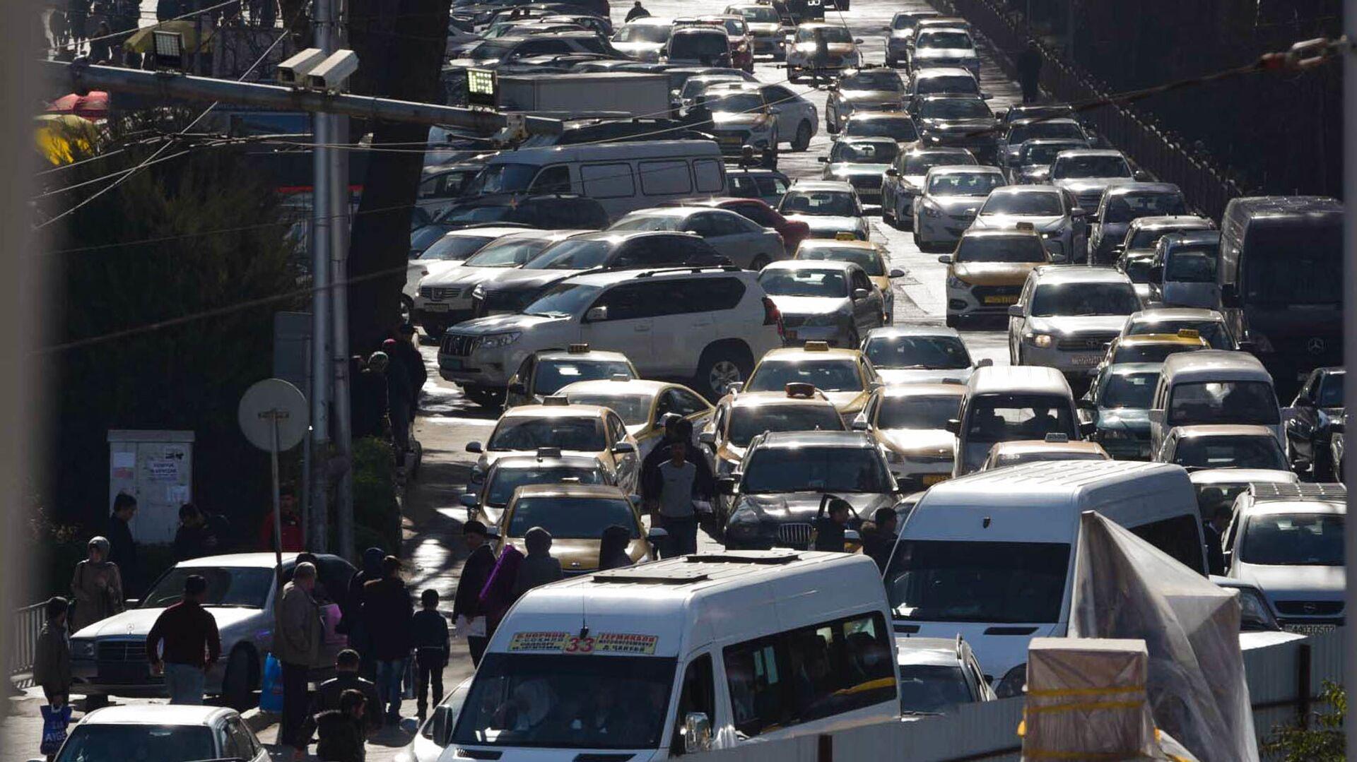 Автомобильная пробка на дороге в Душанбе - Sputnik Таджикистан, 1920, 10.08.2021