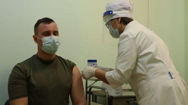 Вакцинация от COVID-19 на российской военной базе в Таджикистане - Sputnik Таджикистан