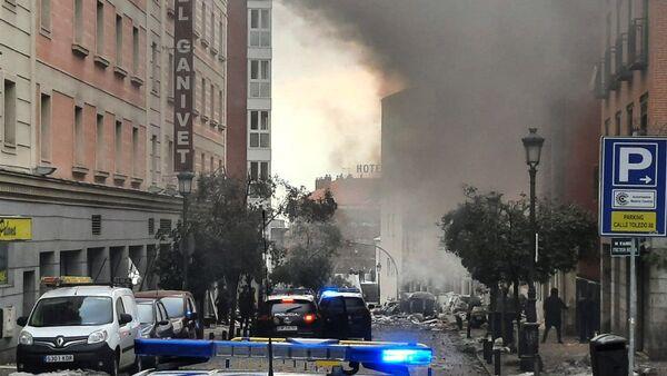 Дым поднимается от здания, после взрыва в центре Мадрида - Sputnik Тоҷикистон