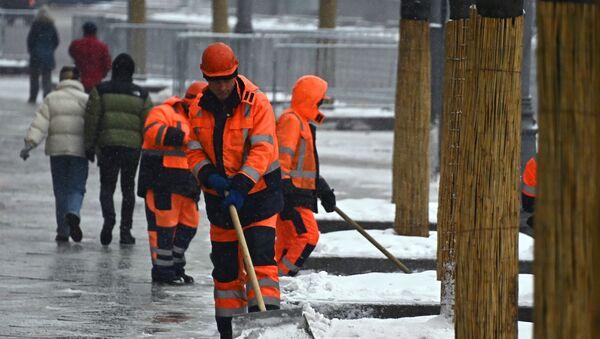 Сотрудники коммунальных служб во время уборки снега  - Sputnik Таджикистан