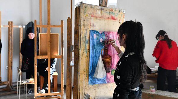 Девушка рисует картину в художественной студии - Sputnik Тоҷикистон