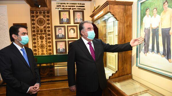 Президент Республики Таджикистан Эмомали Рахмон на открытии музея в ТНУ - Sputnik Таджикистан