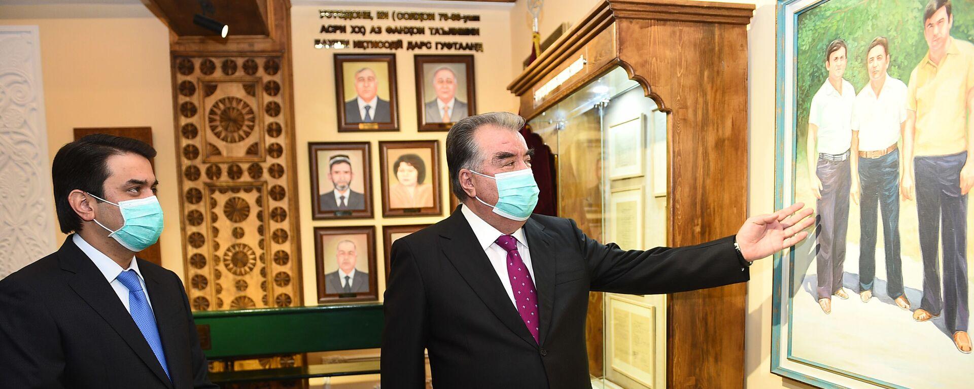 Президент Республики Таджикистан Эмомали Рахмон на открытии музея в ТНУ - Sputnik Таджикистан, 1920, 22.01.2021