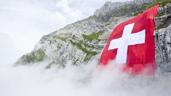 Швейцарский флаг на горе Саентис в Шваегалпе, Швейцария - Sputnik Тоҷикистон